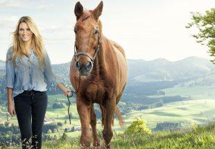 Hbsches Mdchen mit Pferd